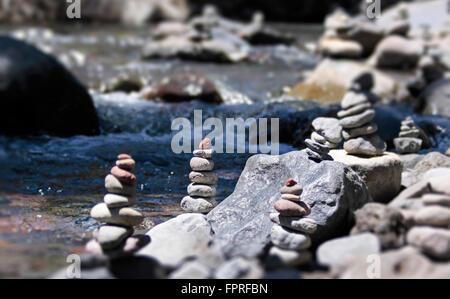 Cairn mit rotem Stein am Bach im Tongariro National Park, Manawatu-Wanganui, Neuseeland - Stockfoto