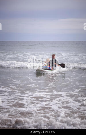 Vater mit seinem Sohn Paddling und Angeln im Meer, Viana do Castelo, Norte Region, Portugal - Stockfoto