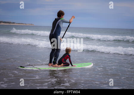 Vater mit seinem Sohn Paddling im Meer, Viana do Castelo, Norte Region, Portugal - Stockfoto