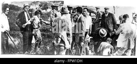 1930ER JAHRE JULI 1933 POSSE FÄNGT BLANCHE BARROW MITGLIED DER BONNIE UND CLYDE BANDE IM DEXFIELD PARK IOWA USA - Stockfoto