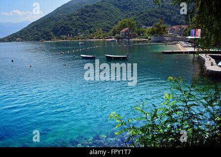 Berge und Meer aufeinander treffen; idyllische Bucht mit klares Wasser und ein ruhiger Strand im Dorf Morin, die - Stockfoto