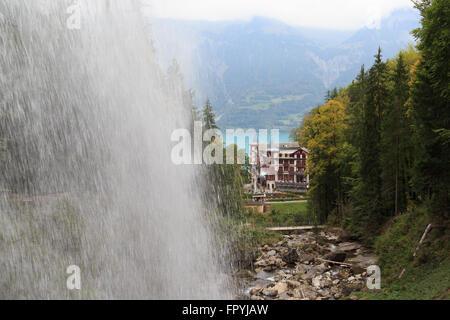 Ein Foto von dem Grand Hotel Giessbach hinter den Giessbachfällen auf dem Brienzersee in der Schweiz gesehen.