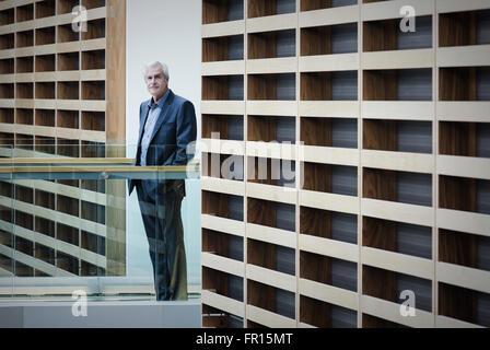 Porträt Ernst Kaufmann stehend auf Gehweg in modernen Büro - Stockfoto