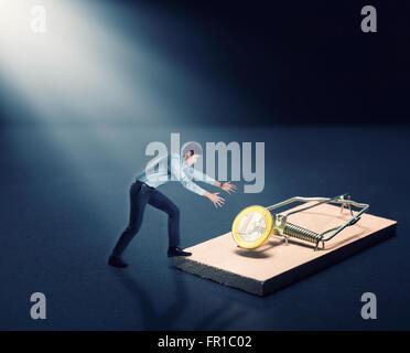 Menschen, die versuchen, eine Goldmünze zu holen - Stockfoto
