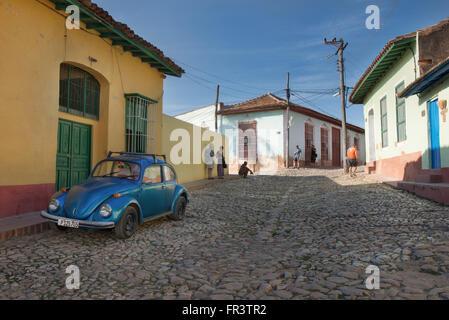 Ein VW Käfer auf einer Straße im alten kolonialen Stadt Trinidad, Kuba geparkt. - Stockfoto