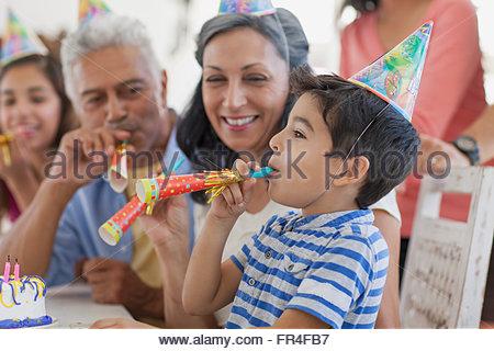 Großeltern, Enkel weht Krachmacher zu betrachten - Stockfoto