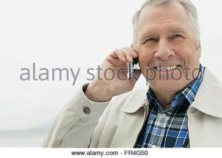 Senior woman, Gespräch auf Handy im Freien. - Stockfoto