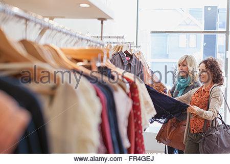 Freunde betrachten Outfit in Damen-Kleidung zu speichern. - Stockfoto