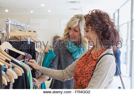 Freunde stöbern in Womens Bekleidungsgeschäft zusammen. - Stockfoto