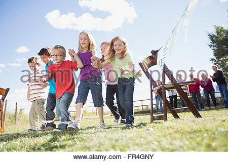 Familie Kinder in 3 Beinen Rennen anfeuern. - Stockfoto