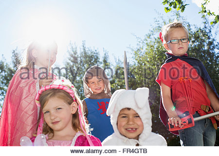 Fünf Kinder in Kostümen auf Familientreffen gekleidet. - Stockfoto