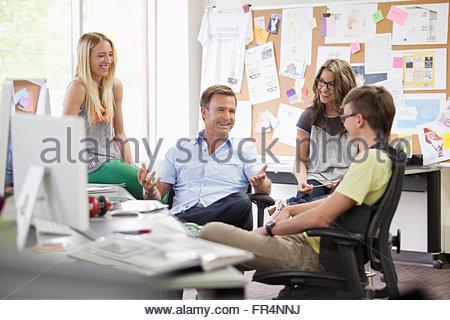 kreatives Team in Diskussion in trendigen Büro - Stockfoto