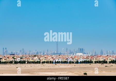 Tagsüber Skyline von Dubai aus der Wüste mit viele Häuser bilden die Villa großen Luxus Wohn Wohnsiedlung im Vordergrund - Stockfoto