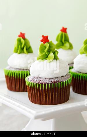 Weihnachten dekoriert red Velvet Cupcakes auf einem cakestand - Stockfoto