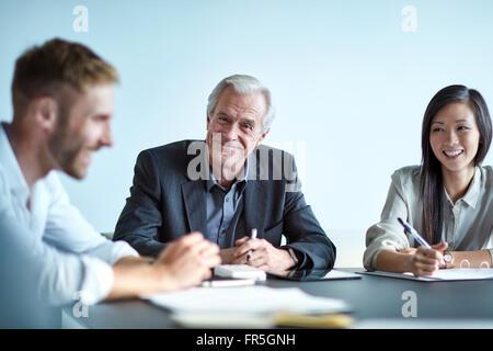 Porträt lächelnd senior Geschäftsmann in treffen - Stockfoto