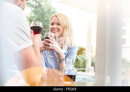 Lächelnde paar Wein trinken und sprechen im café - Stockfoto