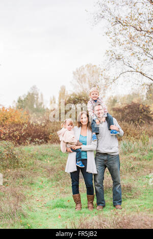 Porträt, Lächeln Familie im Herbst park - Stockfoto