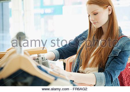 junge Frau im Bekleidungsgeschäft einkaufen - Stockfoto