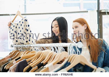Freundinnen einkaufen in trendige Kleidung Shop - Stockfoto