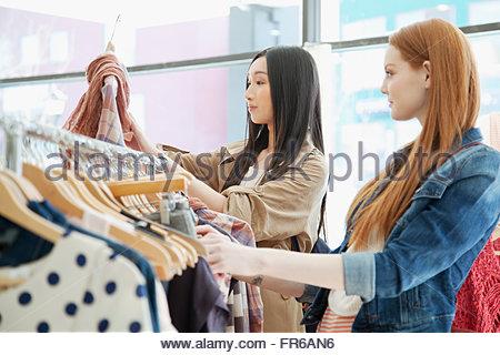Freundinnen einkaufen in Bekleidungsgeschäft - Stockfoto