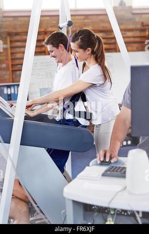 Physiotherapeut Führung Mann auf Laufband - Stockfoto