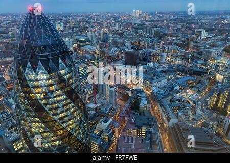 Der Londoner Skyline in der Abenddämmerung.