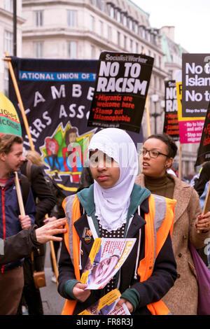 Stehen Sie auf, um Rassismus März Aufnahme Flüchtlinge & protestieren gegen Islamophobie & rassisches Vorurteil - Stockfoto