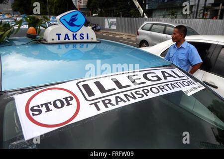 Aufkleber, illegale Beförderung auf die Windschutzscheibe eines Taxis zu stoppen. Tausende von Taxifahrern sammeln - Stockfoto