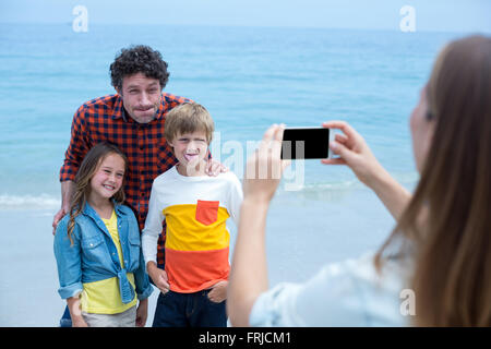 Familie Grimassen während Mutter fotografieren mit dem Handy - Stockfoto