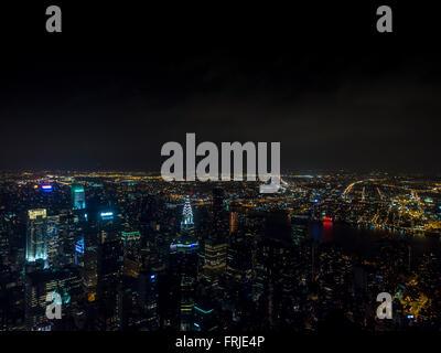 Blick bei Nacht, Blick nach Nord-Ost von Spitze des Empire State Building, New York City, USA