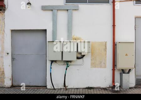 Elektrische Schalttafel an der Wand. Verkabelung an der Schalttafel ...