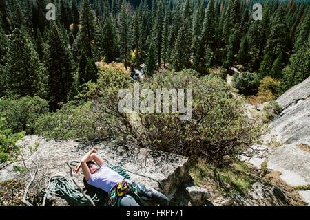 Ein Kletterer ruhen auf der Basis von Platz 3 auf Swan Platte Gully (5.6) in Yosemite. - Stockfoto