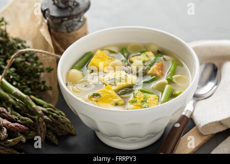 Hausgemachte Spargel-Frittata-Suppe - Stockfoto