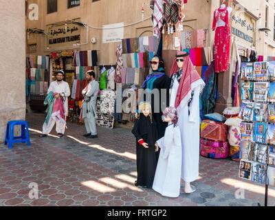 Shop und Verkäufer in der alten überdachten Textile Souk Bur Dubai in der Altstadt von Dubai, Vereinigte Arabische - Stockfoto