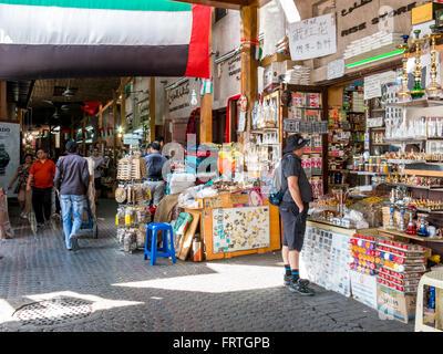 Menschen beim Einkaufen in der Gewürz-Souk im Stadtteil Deira Dubai, Vereinigte Arabische Emirate - Stockfoto