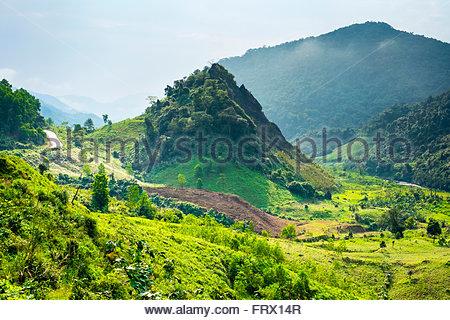 Bergige Landschaft entlang Ho Chi Minh Highway West in der Nähe von Khe Sanh, Da Krong District, Provinz Quang Tri, - Stockfoto