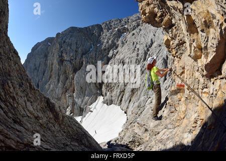 Klettersteig Bavaria : Frau aufsteigend auf klettersteig zugspitze gletscher