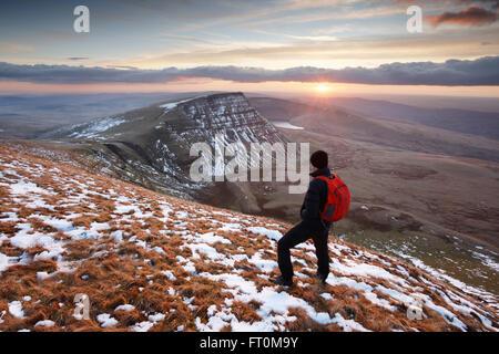 Hillwalker Sonnenuntergang einen Winter auf dem schwarzen Berg. Brecon Beacons National Park. Carmarthenshire. Wales. - Stockfoto