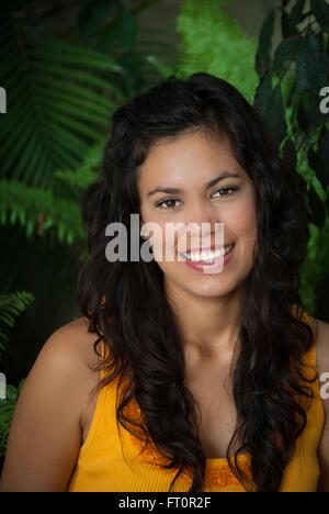 Porträt von lächelnden jungen Hispanic Frau - Puerto Vallarta, Mexiko #613PV - Stockfoto