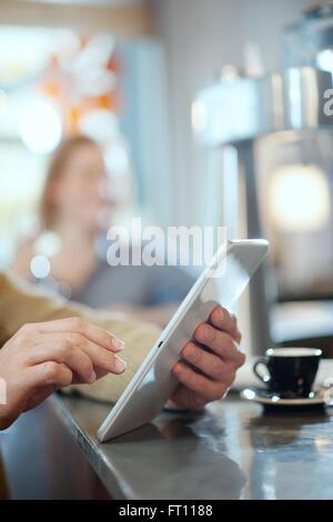 Closeup auf die Hände des Mannes mit einem digitalen Tablet in einer bar - Stockfoto