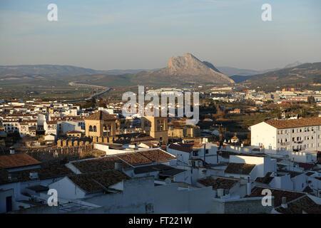 Blick über die Stadt Antequera in Richtung Pena de Los Enamorados oder Lovers Rock - Stockfoto