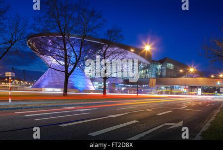 München - 8. März 2016: BMW Welt (BMW Welt) in München in der Nacht, eine multifunktionale Kundenerfahrung und Ausstellung