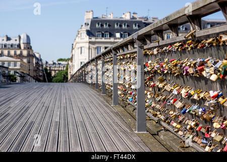 Liebesschlösser auf der Brücke Pont de Arts in Paris mit niedrigen Sicht - Stockfoto