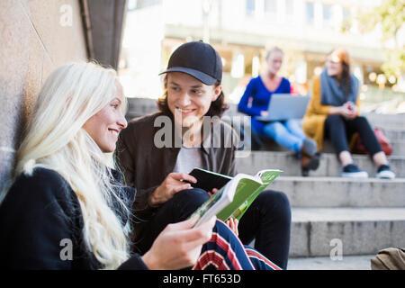 Niedrigen Winkel Ansicht von Freunden über Schritte zu diskutieren - Stockfoto