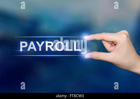 Hand drücken der Lohn-und Gehaltsabrechnung auf blauen Hintergrund jedoch unscharf - Stockfoto