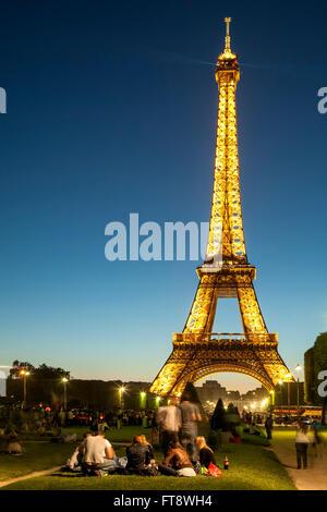 Picknicken auf der Champs de Mars und dem Eiffelturm, Paris, Frankreich - Stockfoto