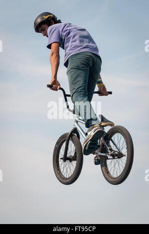 BMX Biker in der Luft durchführen Dirt Jumping - Stockfoto