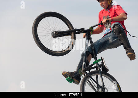 BMX Biker close-up Springen mid-air Dirt Jumping durchführen - Stockfoto