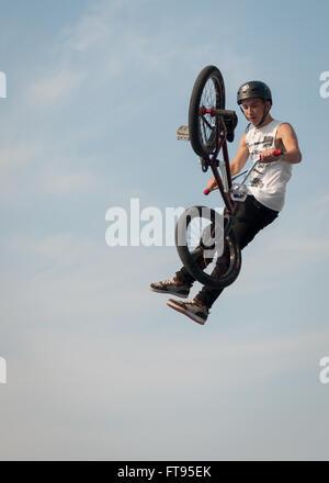 BMX Biker springen Mid-air Dirt Jumping durchführen - Stockfoto