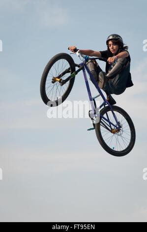 BMX Biker in der Luft durchführen Dirt Jumping. - Stockfoto